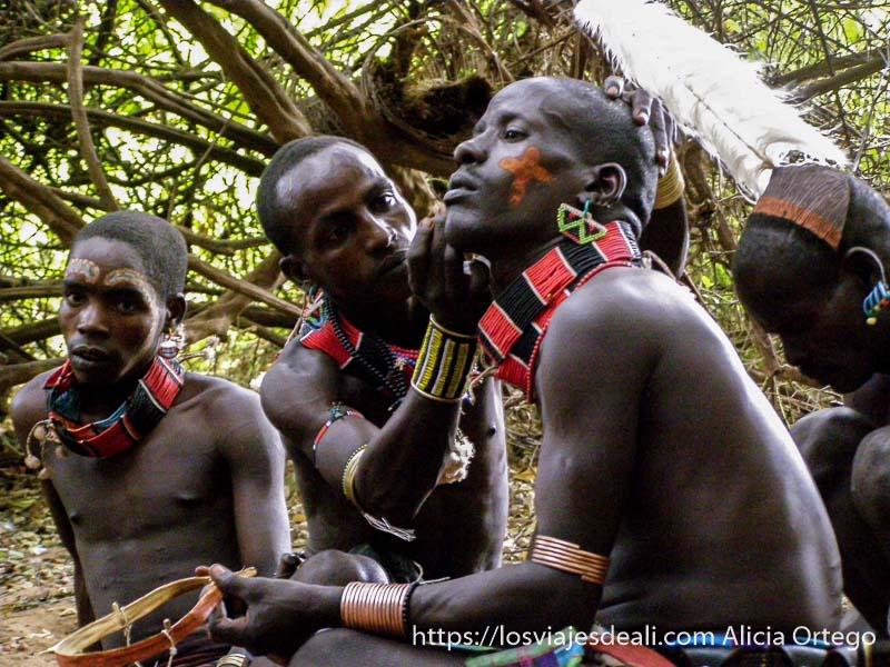 chicos hamer pintándose la cara con pigmentos tribu hamer