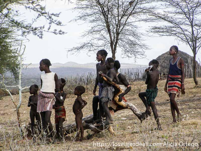 grupo de niños y niñas observando el espectáculo tribu hamer