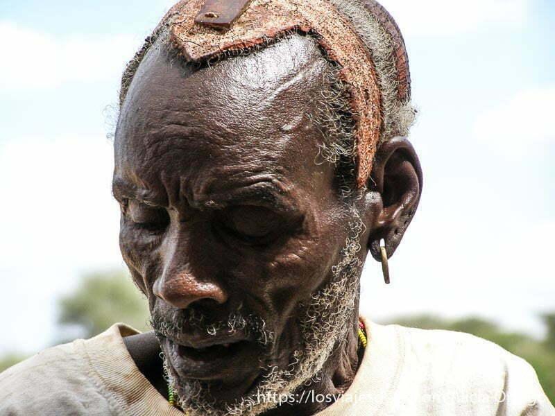 anciano hamer con tocado en el pelo tribu hamer