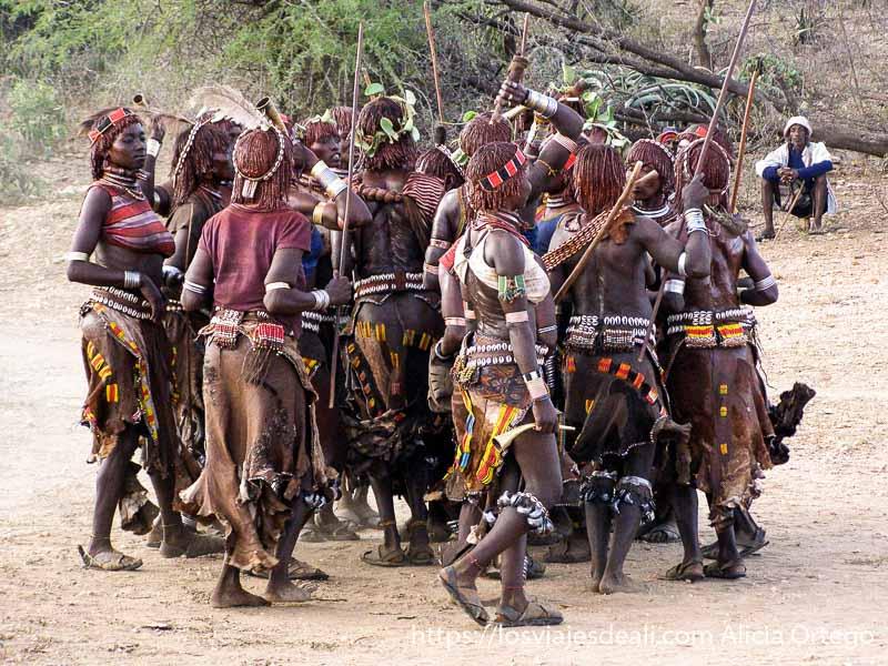 mujeres hamer en corrillo saltando y bailando tribu hamer