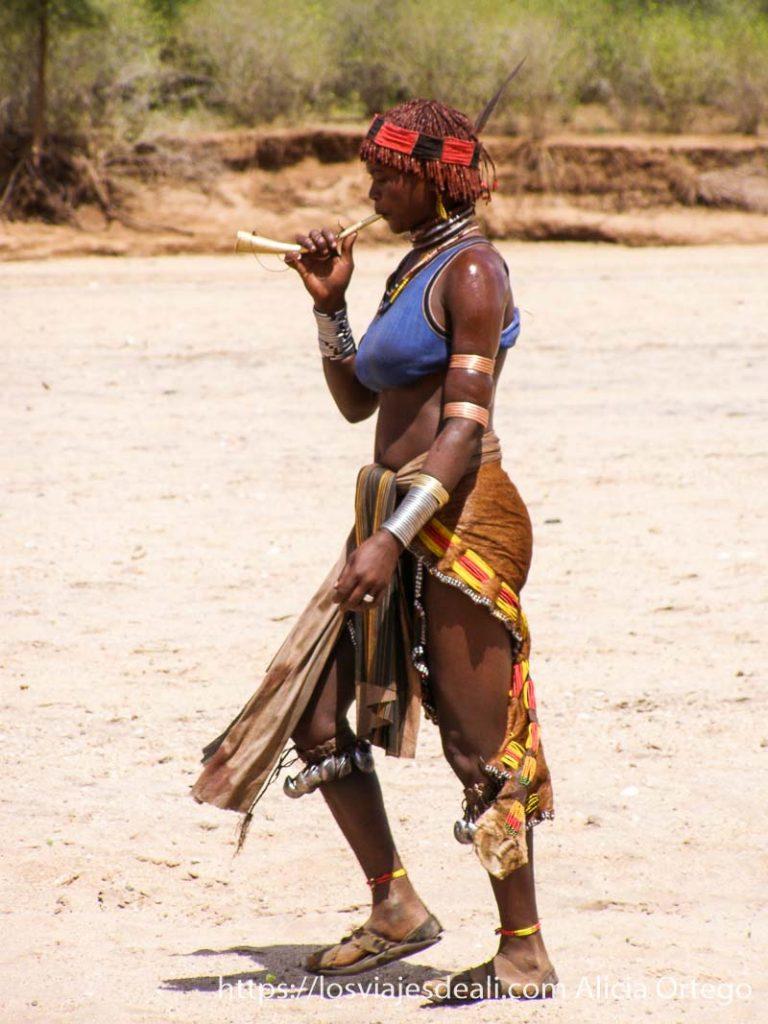 mujer hamer tocando una trompetilla