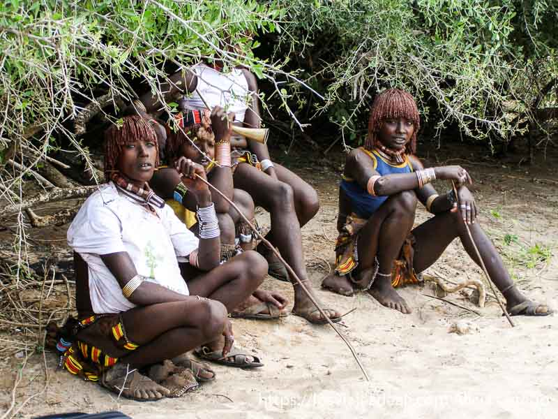 mujeres hamer sentadas a la sombra
