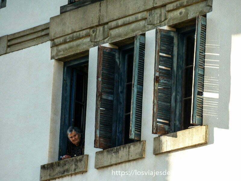 anciana asomada a la ventana