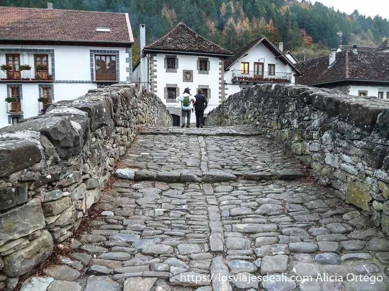 cruzando el puente de piedra de ochagabía