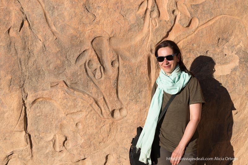 posando junto al grabado de las vacas que lloran viaje a Argelia