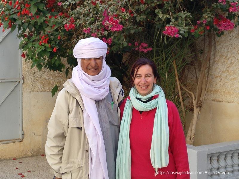 foto con el chej en el patio de su casa viaje a Argelia