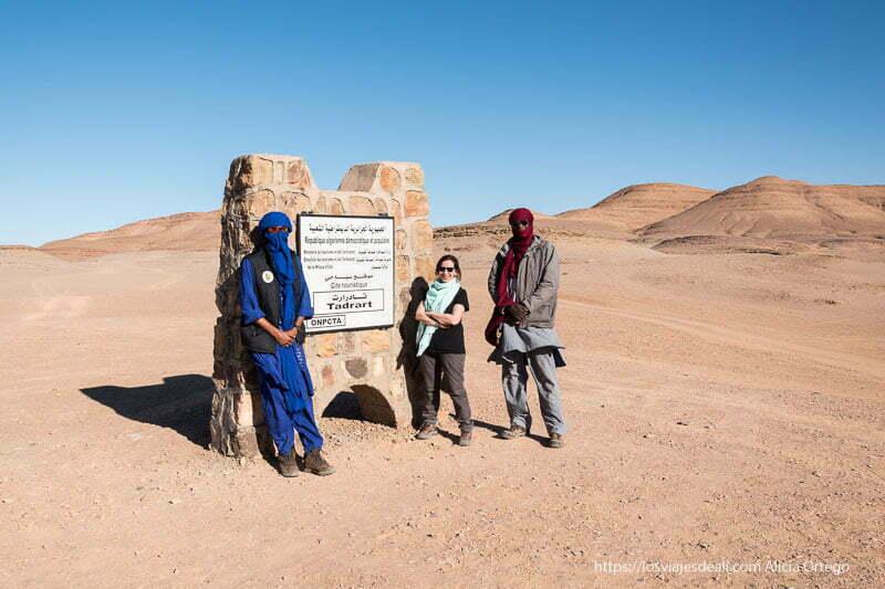 posando con dos tuareg en la puerta del tadrart viaje a Argelia