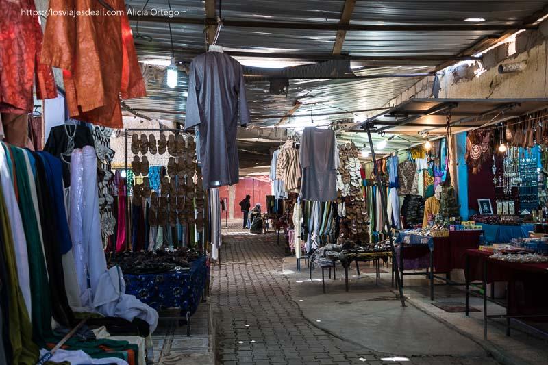 mercado de djanet con puestos de turbantes tuareg y ropa de hombre