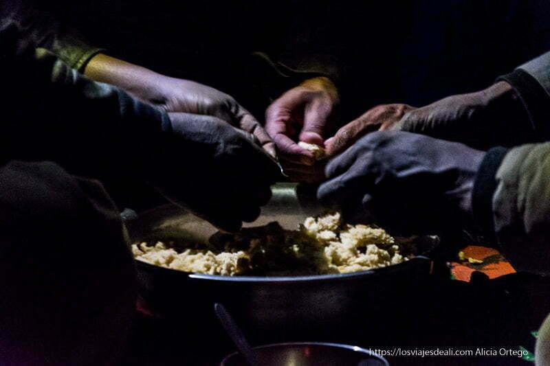 desmigando la taguella entre tres tuareg