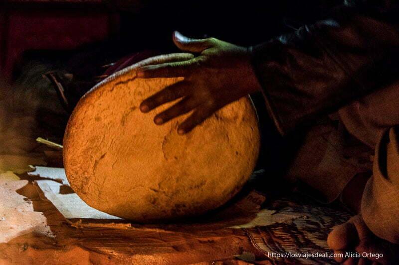 sacudiendo la taguella tuareg para quitarle arena