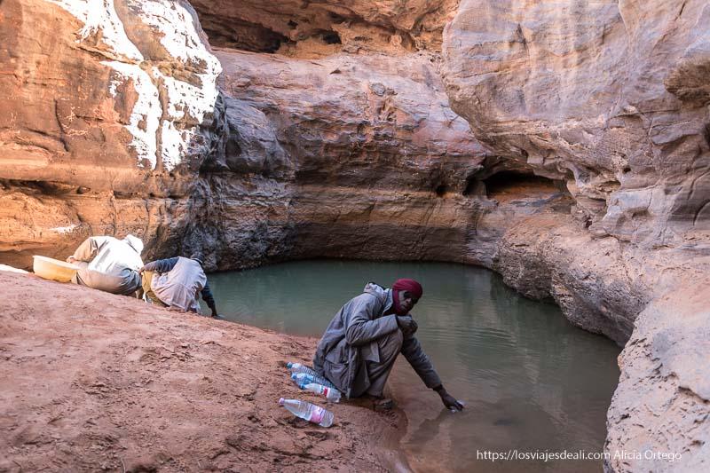 fuente de agua natural donde os tuareg cogen agua paisajes del sahara