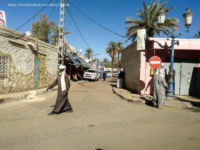 tuareg cruzando una calle en djanet