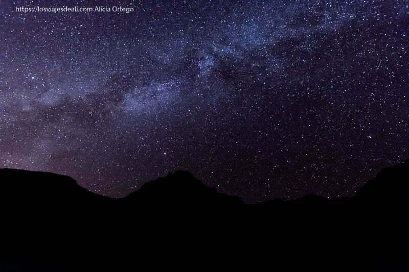 cielo estrellado con vía láctea cruzándolo paisajes del sahara