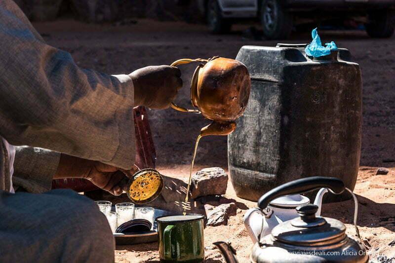 preparación del té vertiéndolo desde tetera de cobre