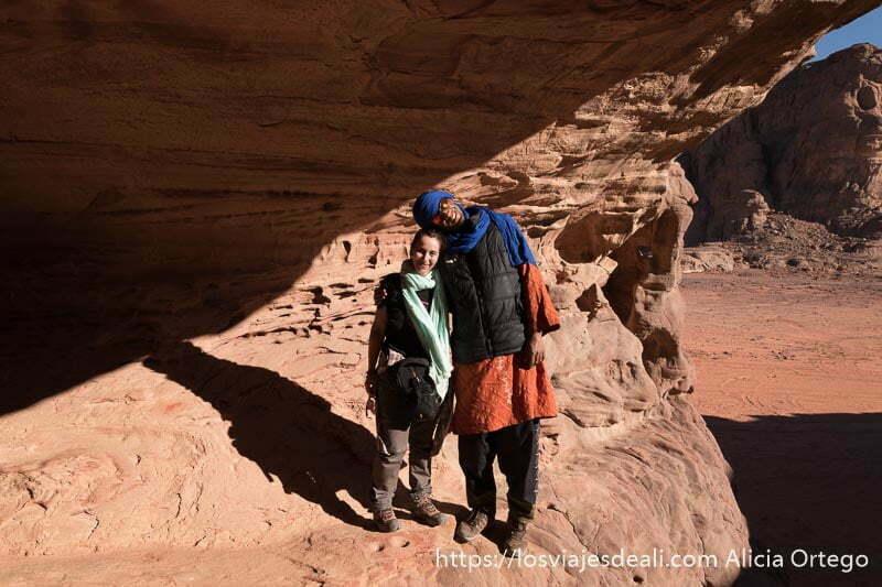mi guía tuareg y yo en el paisaje del tadrart