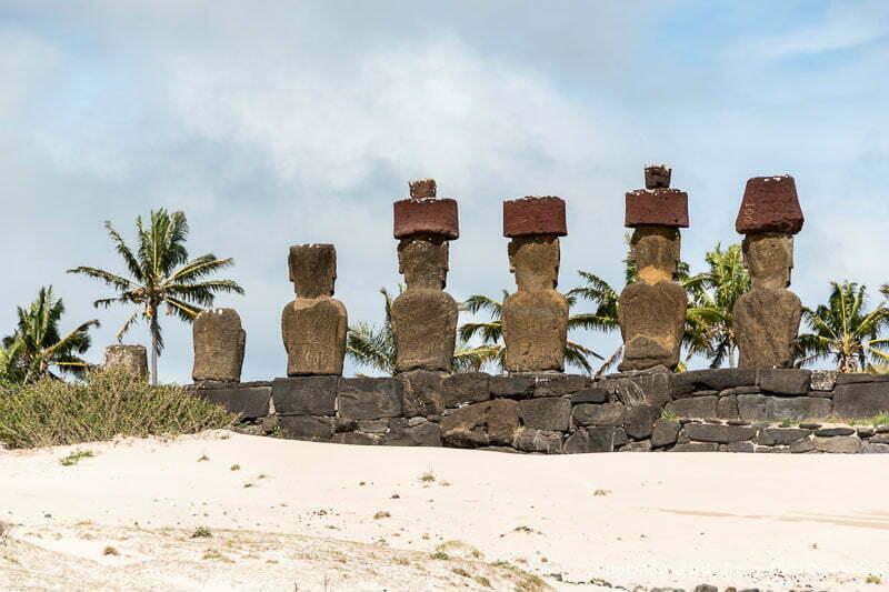 fila de moais de playa de anakena de espaldas al mar tours en isla de pascua