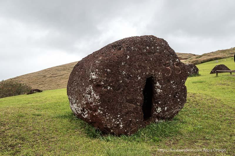 sombrero de moai de lava roja tours en isla de pascua