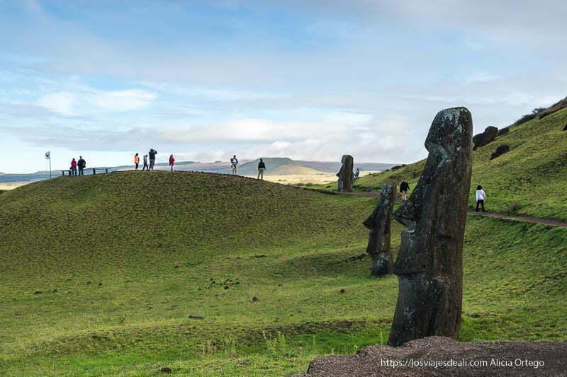 Moais y visitantes mirando el paisaje tours en Isla de Pascua