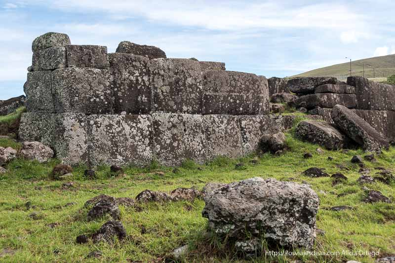 muro que parece hecho por los incas tours en isla de pascua