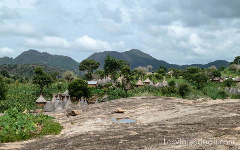 pueblo de tejados cónicos en paisaje verde trekking en el monte ziver