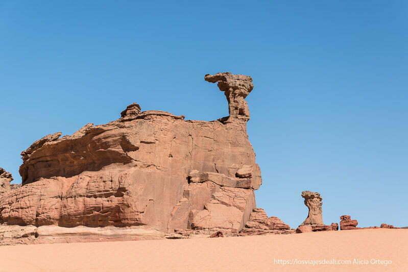 formas rocosas contra el cielo azul paisajes del sahara