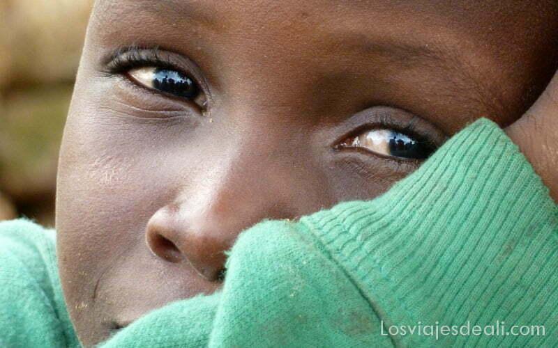 mirada de niño con grandes ojos negros rumsiki camerún