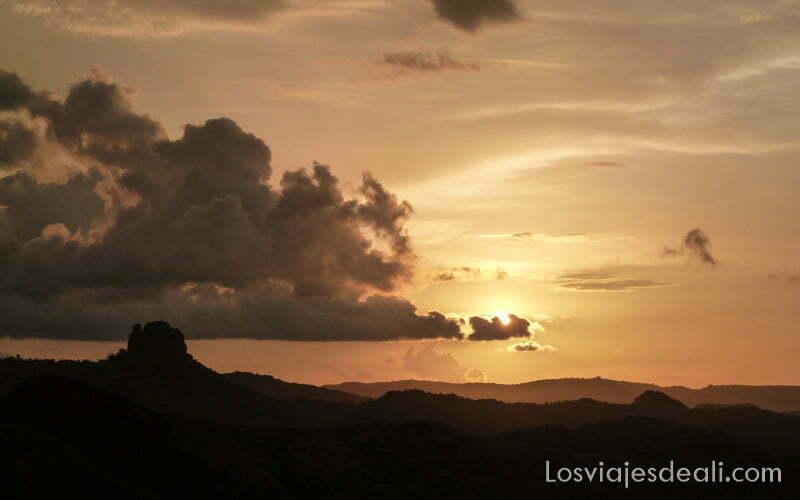 puesta de sol con nubes en rumsiki camerún