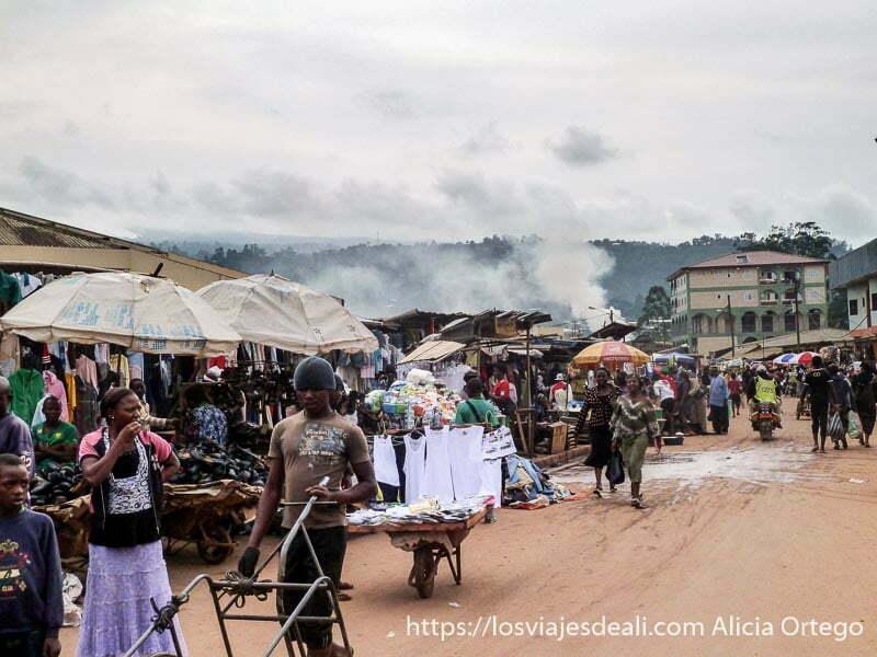 calle del mercado de bamenda llena de puestos