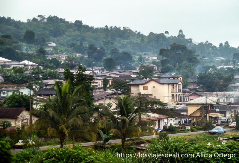 panorama de casas en la ladera de volcán en buea