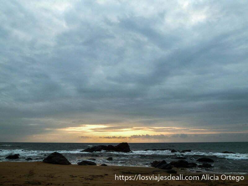 puesta de sol con rocas en el agua costa del sur de camerún