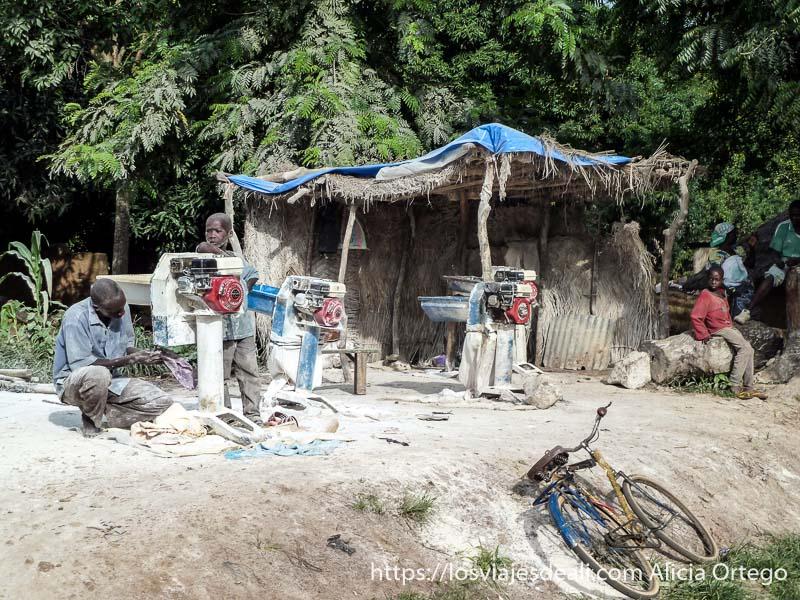 lugar donde se muele harina con tres motores carreteras de camerún