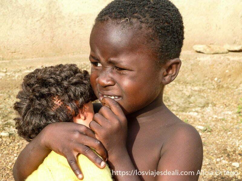 niña negra con muñeca blanca carreteras de camerún