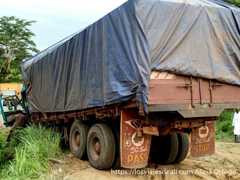 camión atascado carreteras de camerún
