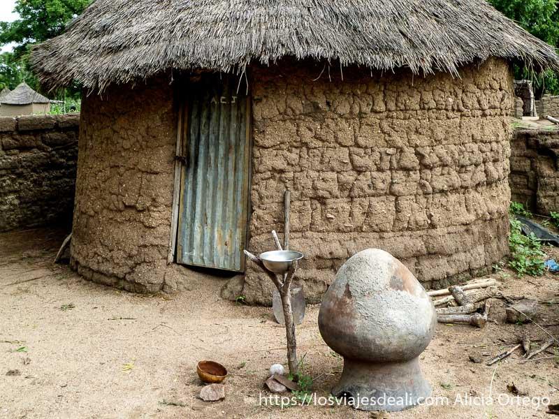 casa de adobe con gran vasija en la puerta carreteras de camerún