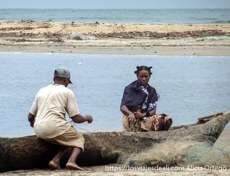pescadores arreglando sus redes junto a las cascadas de la lobe