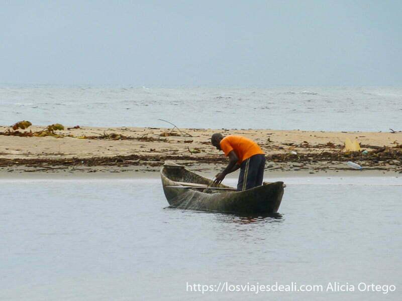 pescador en su barca en cascadas de la lobe