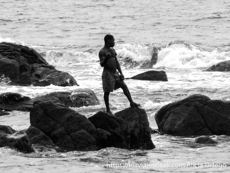 pigmeo baka pescando en el mar costa del sur de camerun