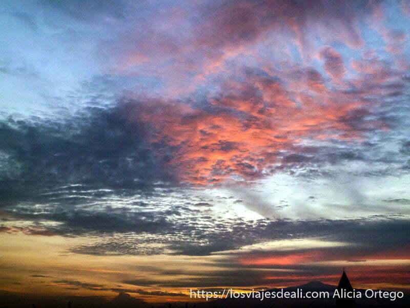 atardecer de nubes rosas y horizonte rojo y amarillo en Douala