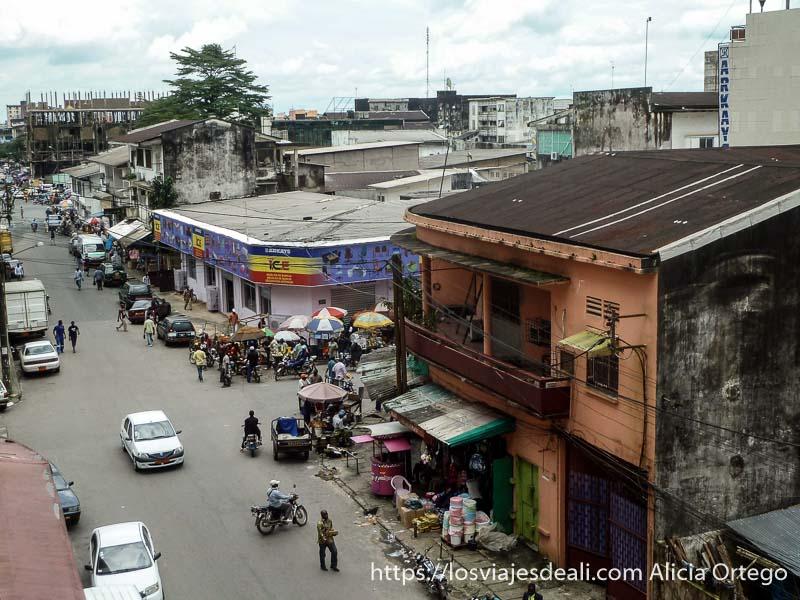 calle céntrica de Douala desde el balcón del hotel