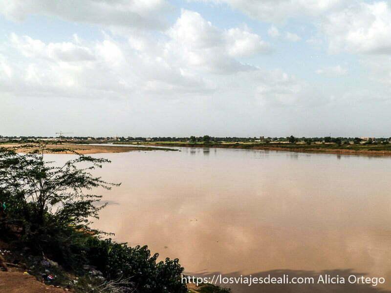 río logone con nubes reflejadas en el agua el extremo norte de camerún