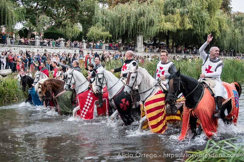 caballeros con sus monturas en el río fin de semana cidiano
