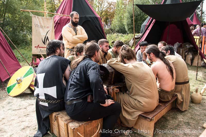 grupo de vikingos sentados alrededor de una mesa fin de semana cidiano