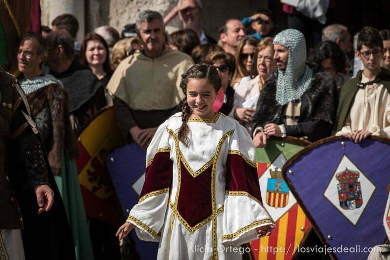 niña desfilando con vestido medieval fin de semana cidiano