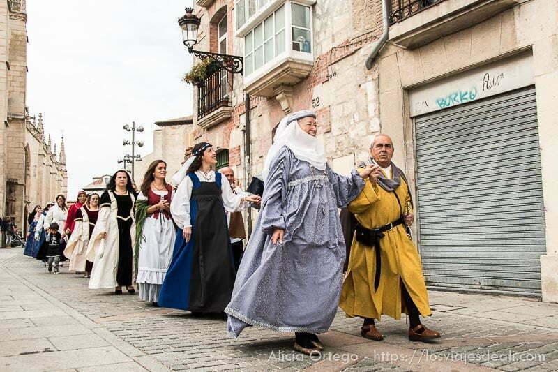 desfile de gente vestida de medieval en fin de semana cidiano