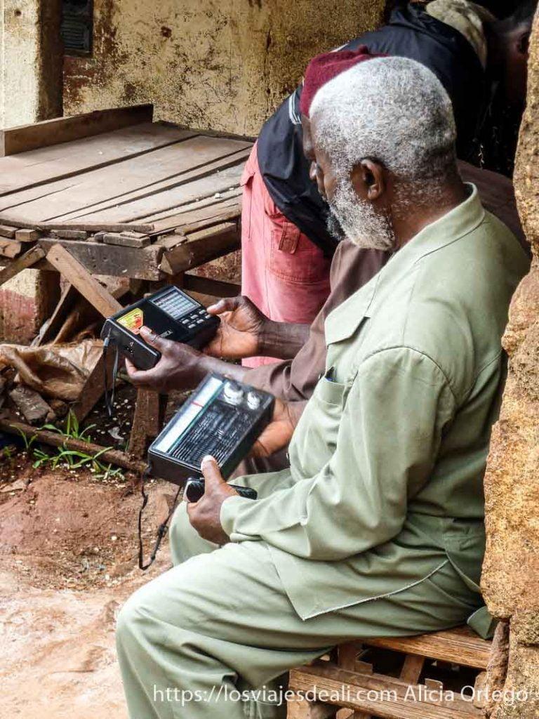 hombres con sus viejas radios en foumban