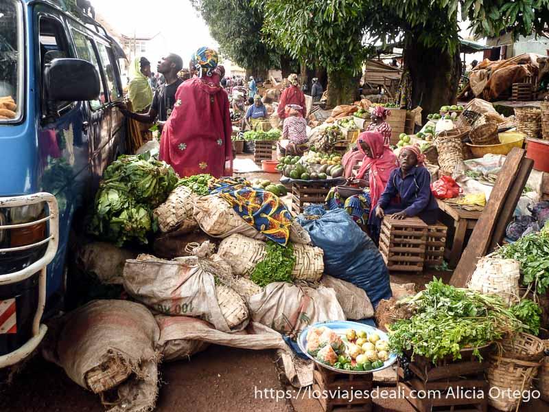 mercado de verduras abigarrado en foumban