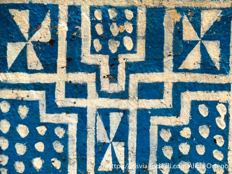 dibujos geométricos blancos sobre fondo azul en palacio de foumban