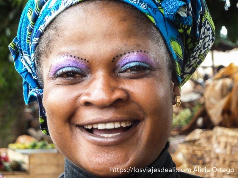 mujer con maquillaje en los ojos de fantasía en foumban
