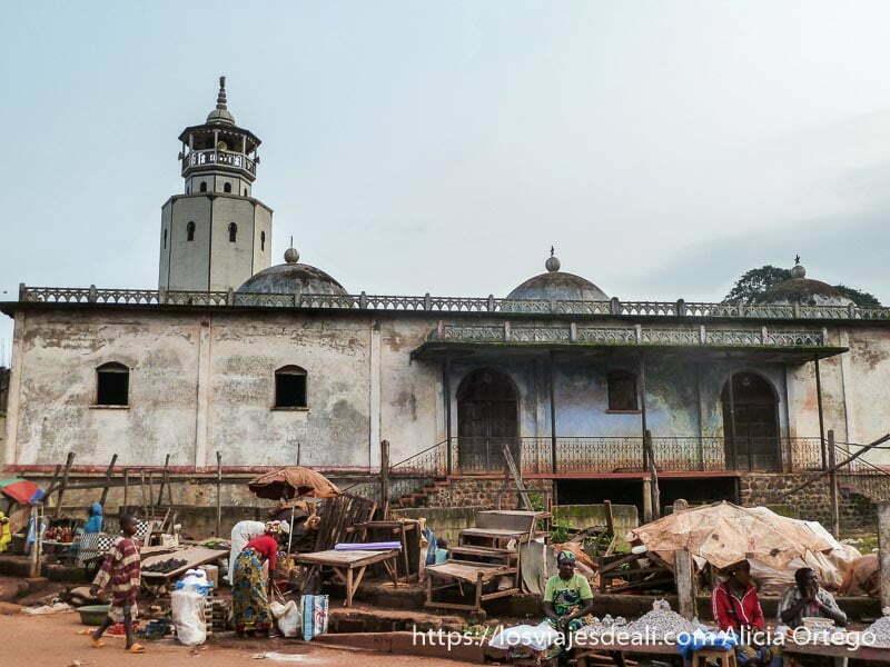 mezquita de foumban con puestos del mercado a sus pies