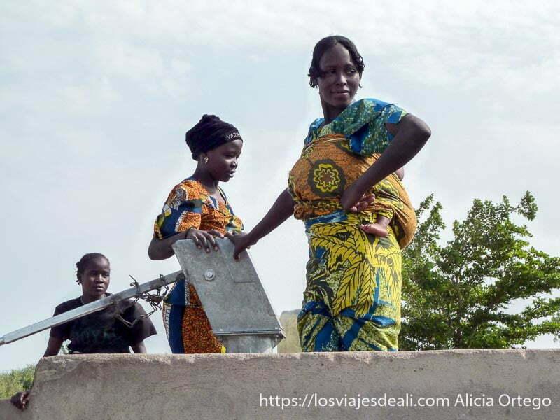 tres mujeres en el pozo donde cogen agua hacia los montes mandara